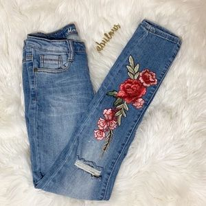 Machine skinny distressed knee floral appliqué